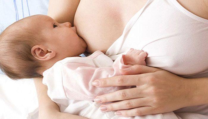 Младенца нужно правильно прикладывать к груди